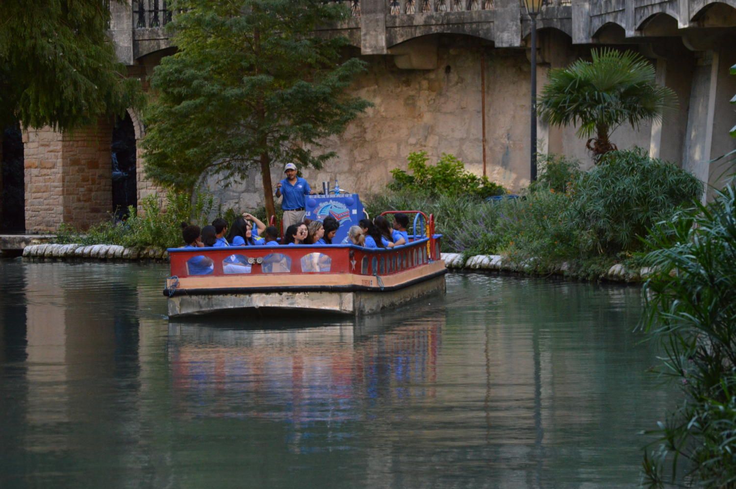 A river boat floats next to the river walk in San Antonio, TX on Oct. 16, 2016. (Jaclyn Harris / The Talon News)